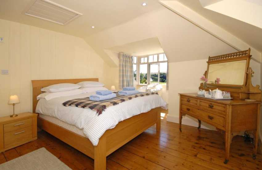 Holiday cottage Manorbier sleeps 5 - first floor master king size bedroom with bath/shower room