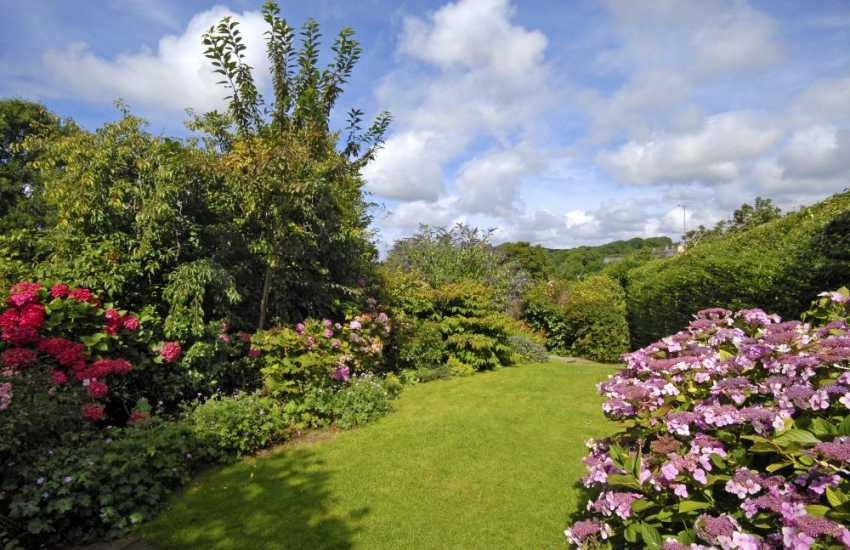 Manorbier holiday home with pretty enclosed cottage gardens
