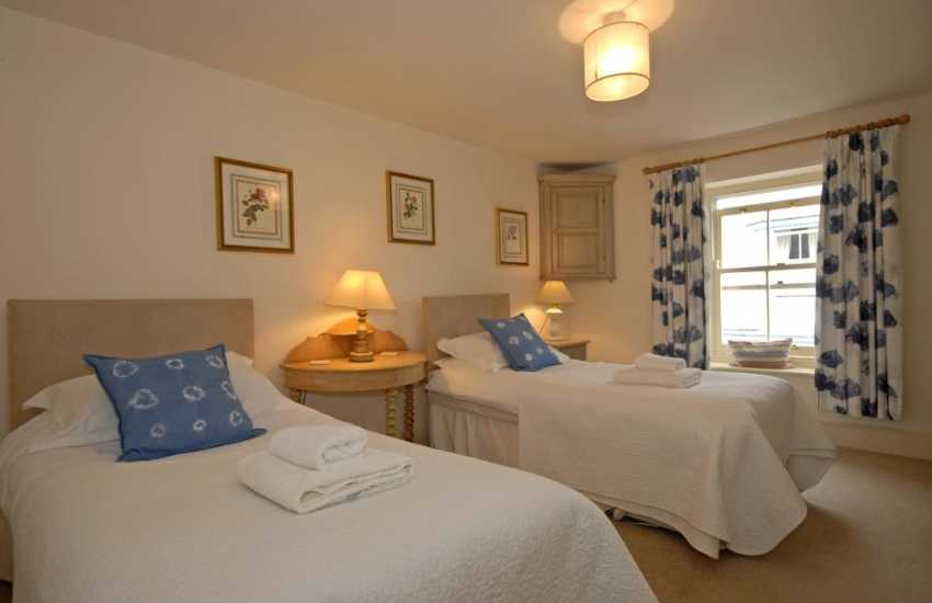 Holiday cottage near Tenby  sleeps 8 - twin bedroom