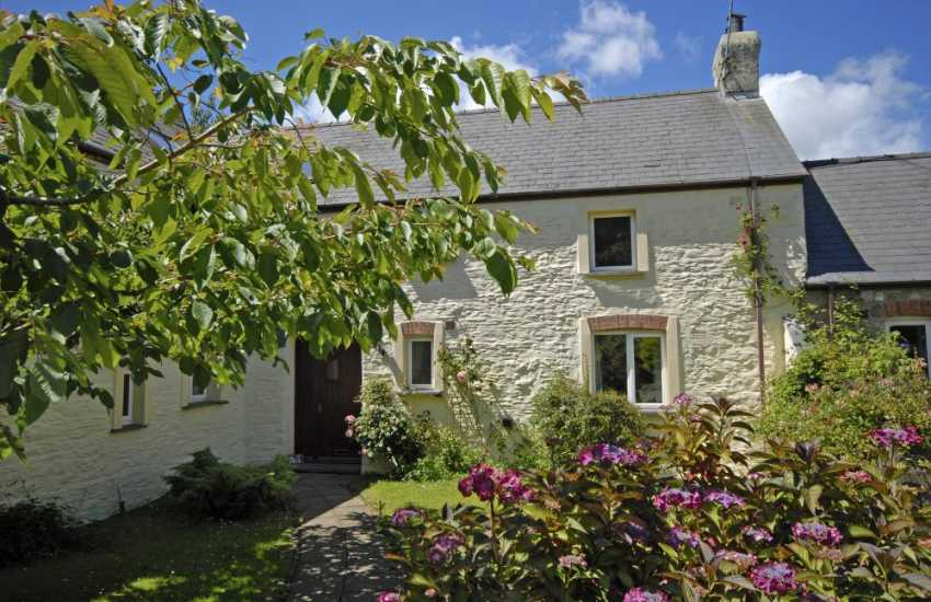 Pretty Pembrokeshire holiday cottage with garden - dogs welcome