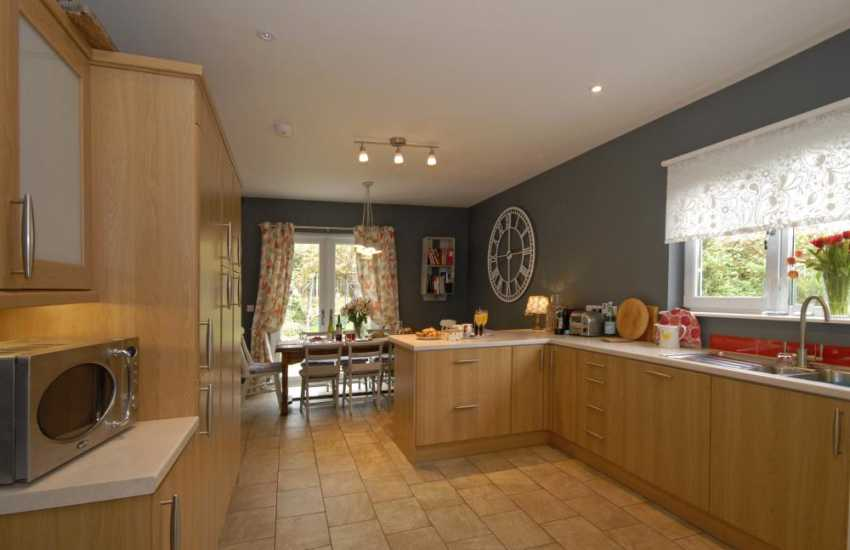 Self-catering cottage Newport - contemporary open plan kitchen/dining area