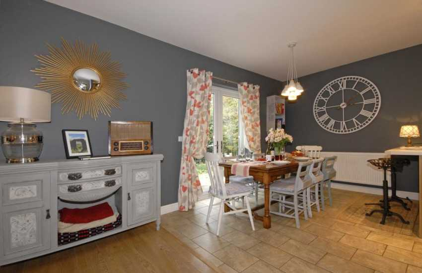 Holiday home Newport Pembrokeshire - spacious dining room with French doors to the garden