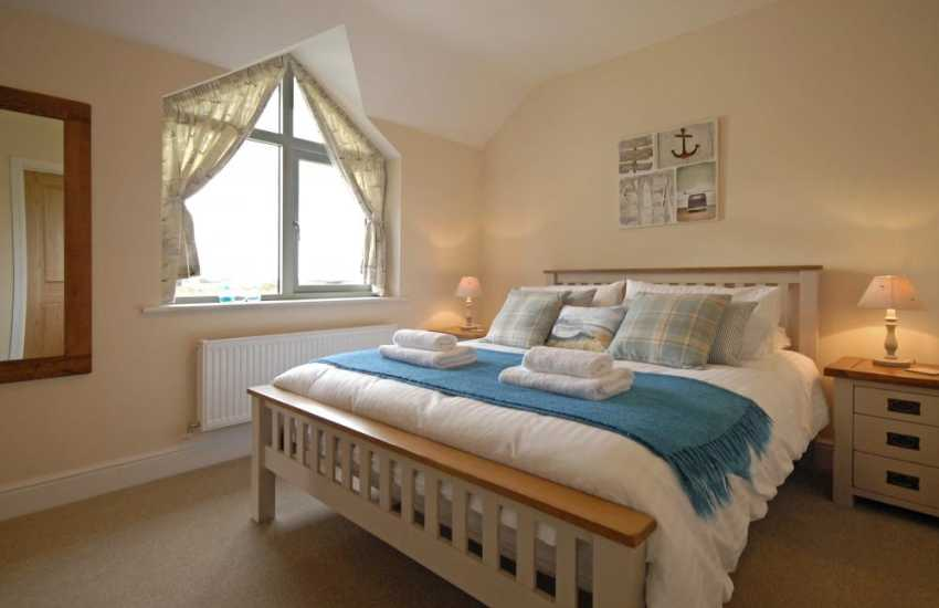 Solva holiday cottage - king size master ensuite