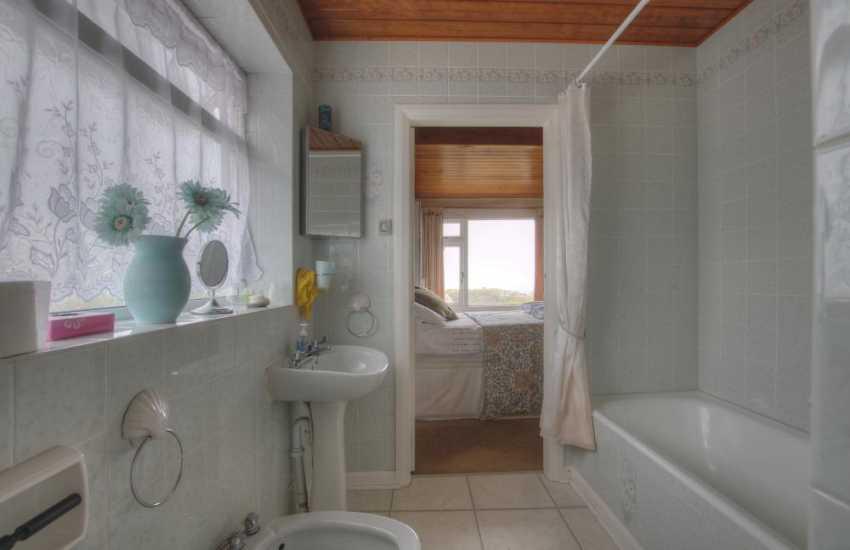 Llandudno holiday house - bathroom