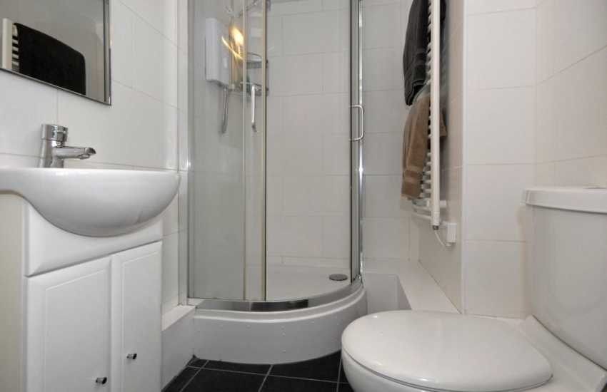 Pembrokeshire holiday home - ground floor twin en-suite shower