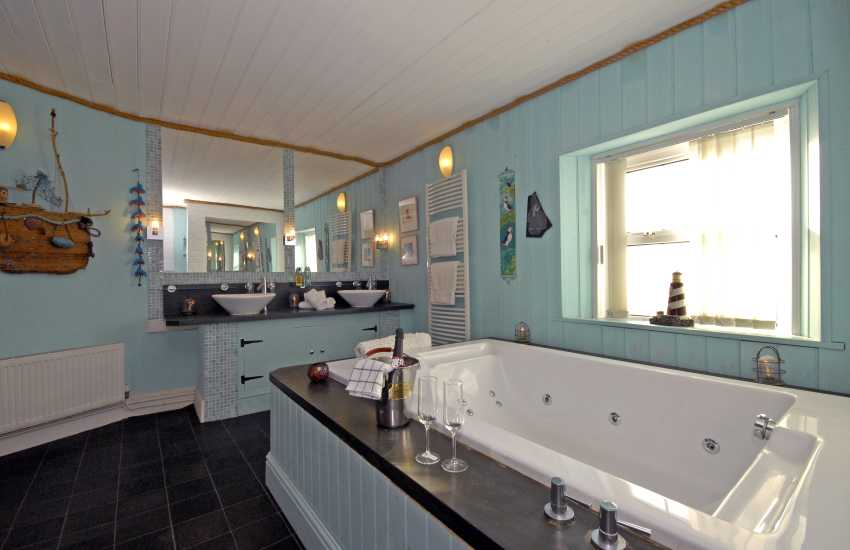 St Ann's Head Lighthouse - Jacuzzi bathroom with large walk in shower