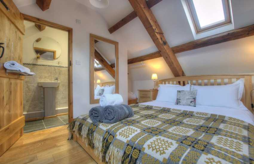 Betws y Coed holiday cottage - king ensuite bedroom