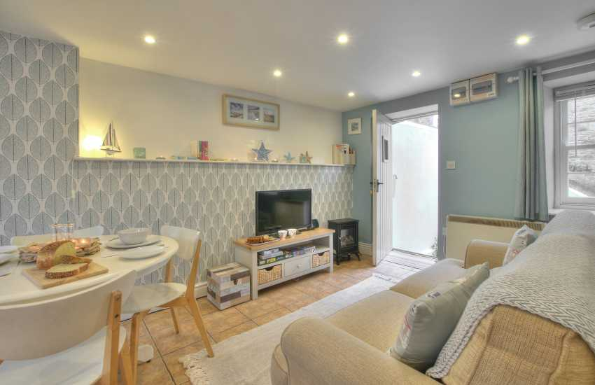 Laugharne cosy holiday cottage with open plan living area