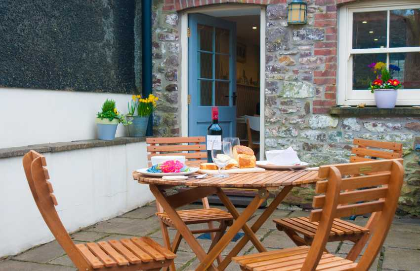 Carmarthenshire holiday cottage with patio garden - pets welcome