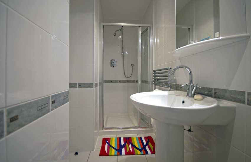 Little Haven holiday home - master bedroom en-suite shower