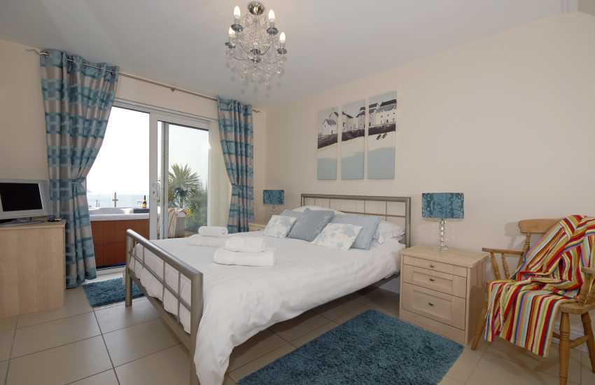 Cardigan Bay coastal holiday home sleeps 6 - double