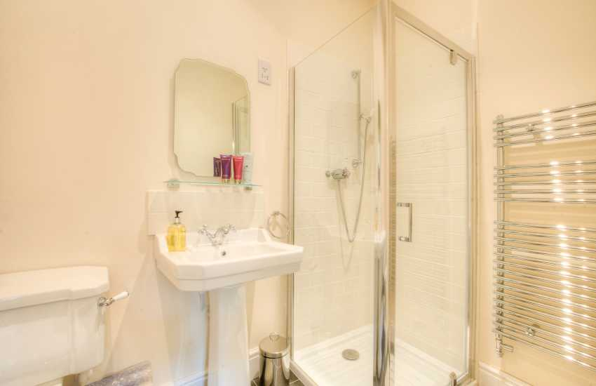 Pet friendly Coastal cottage Wales-shower room