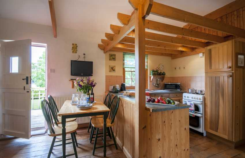 Landshipping rural holiday cottage - kitchen dining area