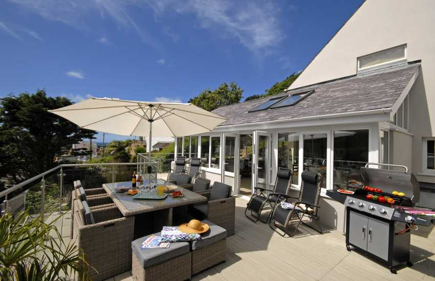 Little Haven holiday house - deck with rattan outdoor furniture