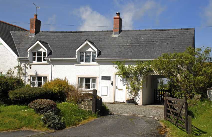 Dog friendly North Pembrokeshire spacious family holiday cottage with small garden