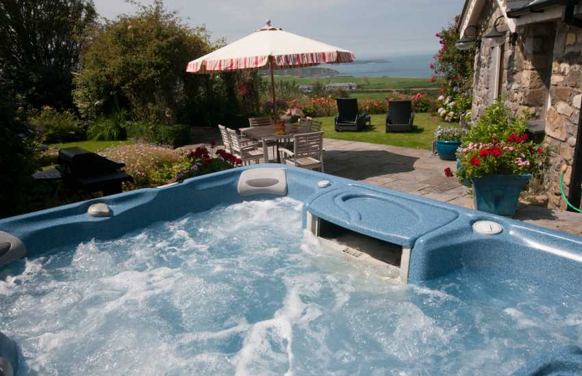 Hot tub holiday cottage Wales - hot tub