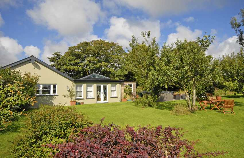 Stackpole holiday cottage with gardens and hot tub