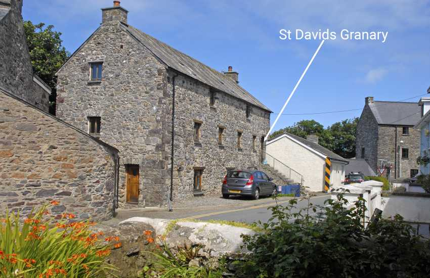 St Davids City centre Grade II listed 18th century contemporary holiday home