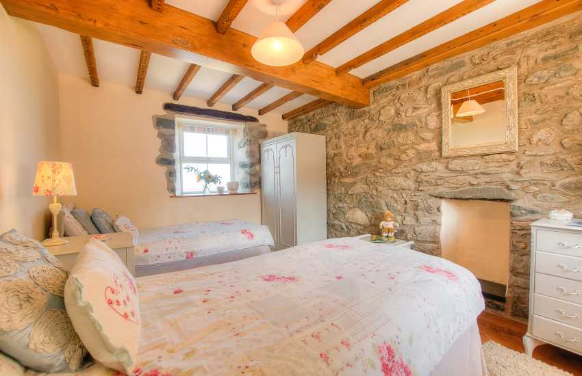 Pet friendly Holiday house sleeping 9 Aberdaron - ground floor twin bedroom