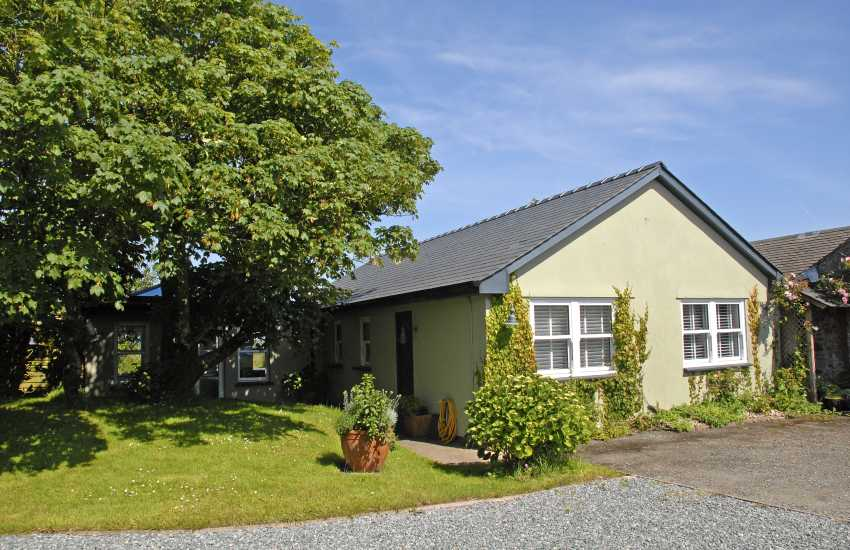 Stackpole - luxurious holiday cottage with gardens and sea views