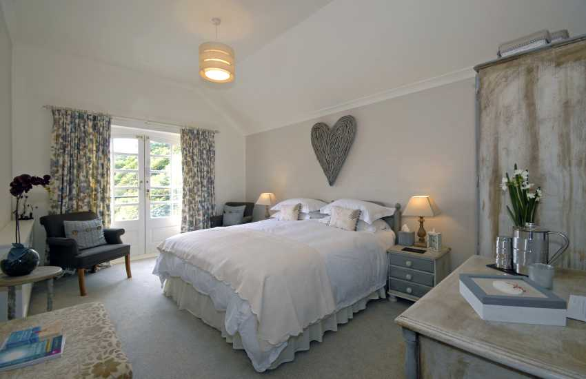 Efnys - twin beds sleeps 2 with en suite shower and sea views