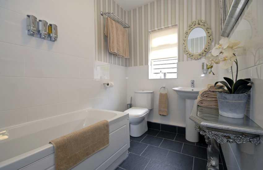 Golau Bore en suite bathroom with shower over bath