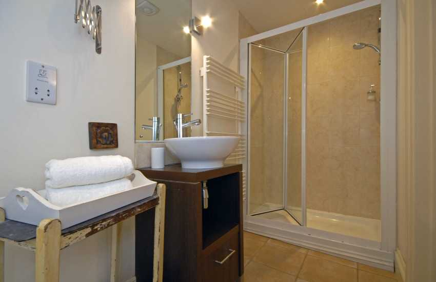 Manorbier holiday cottage - twin en-suite shower room