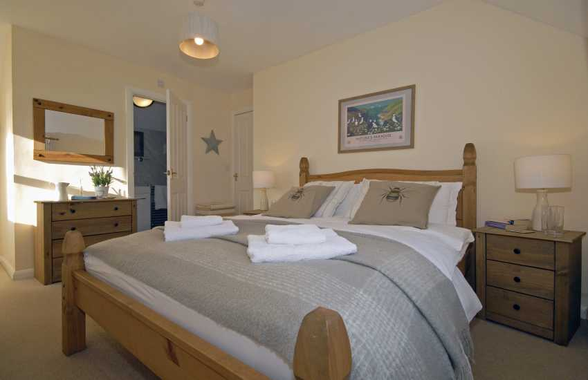 Pembrokeshire coastal cottage sleeps 6 - double en-suite master bedroom