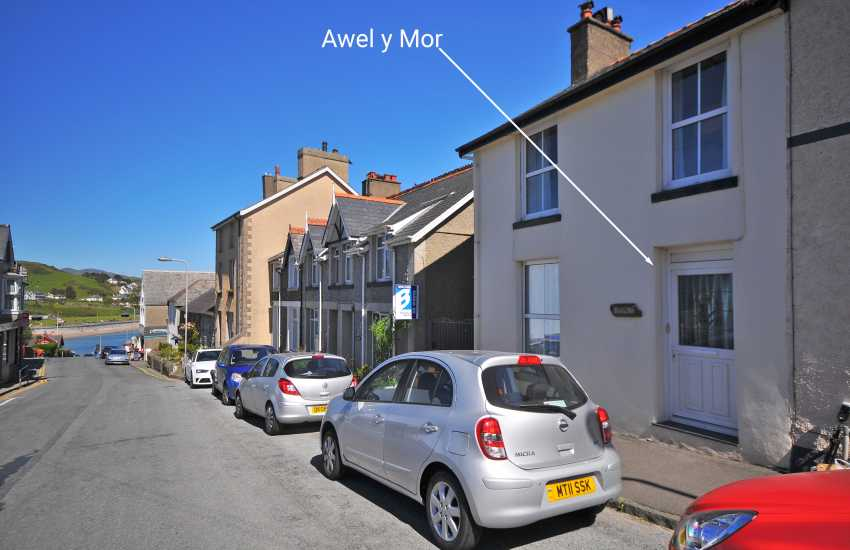 Criccieth town house with fabulous rear terrace sea views