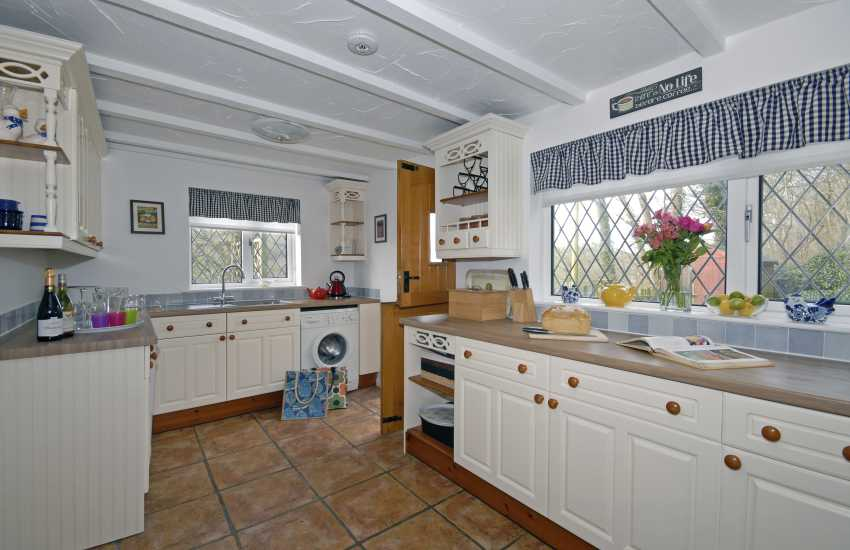 Solva self-catering cottage - spacious country style kitchen
