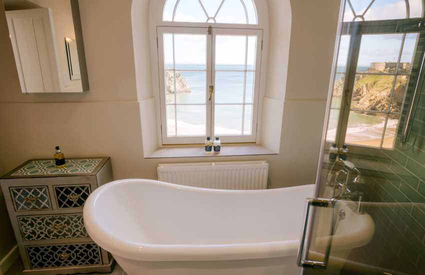 Tenby coastal holiday house - master en-suite bathroom