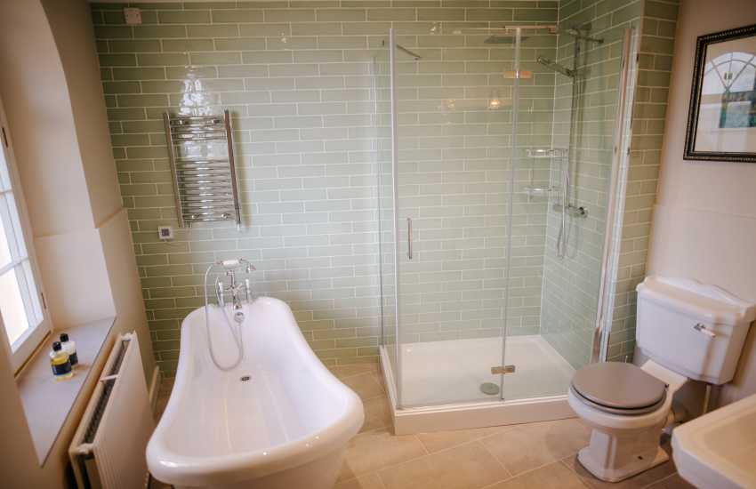 Tenby coastal holiday house - master en-suite bathroom with shower