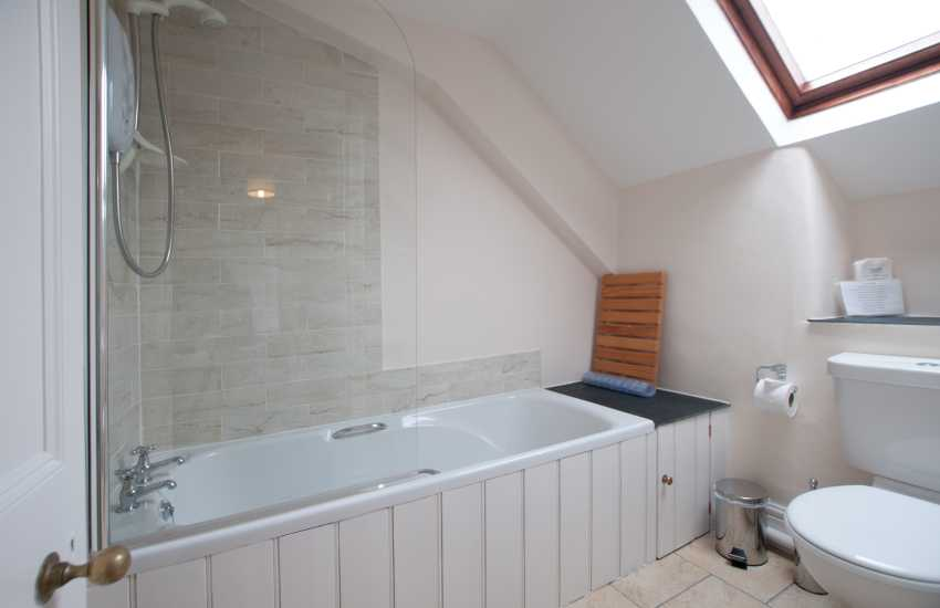 Criccieth holiday cottage - bathroom