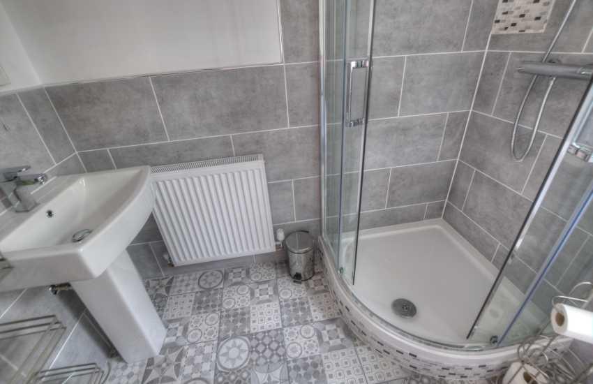 Aberdaron holiday cottage - shower room