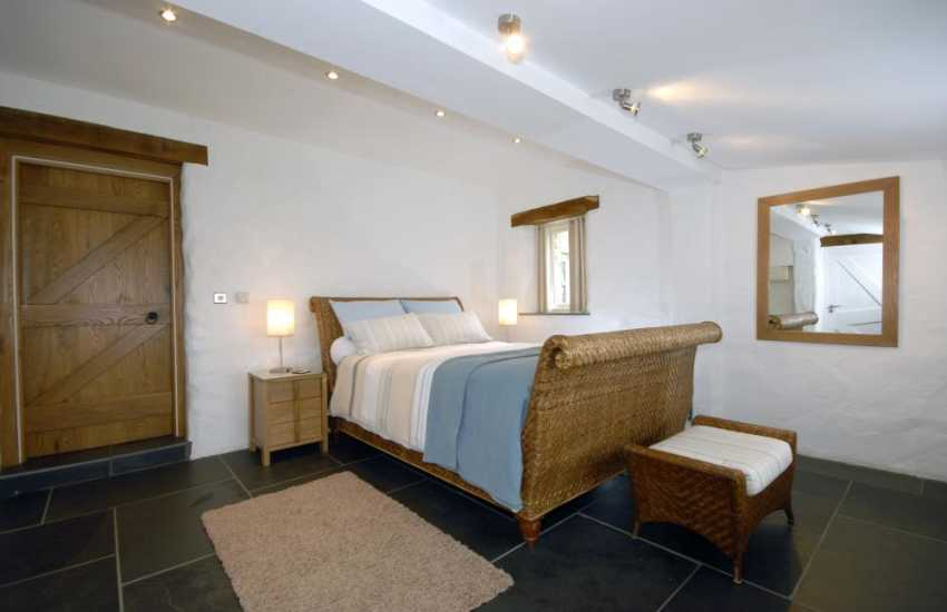 St Davids Pembrokeshire cottage sleeps 2 - king size 'New York' sleigh bed