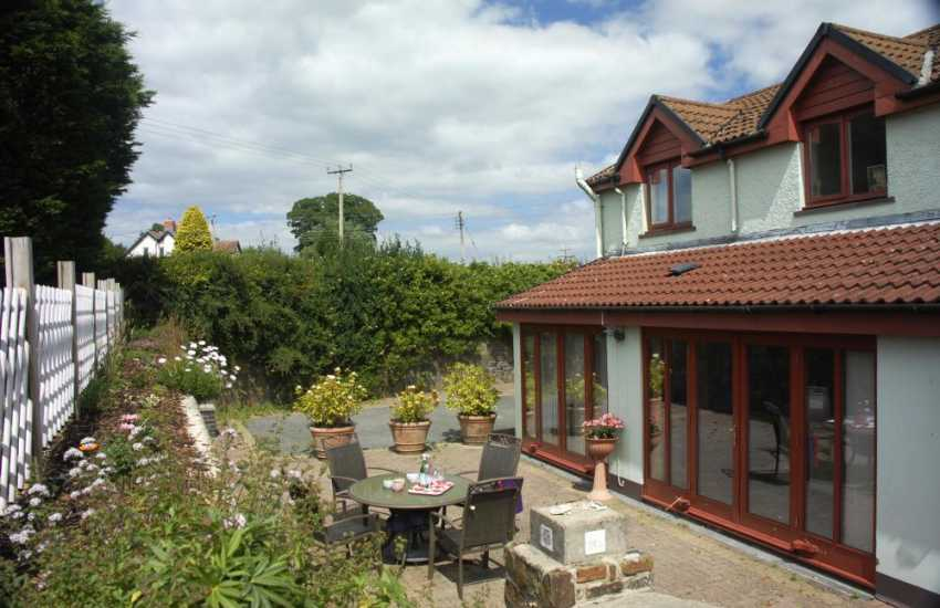Wisemans Bridge Pembrokeshire holiday cottage with private patio - pets welcome