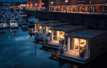 Pomh Floatel Cabins At Night 0021