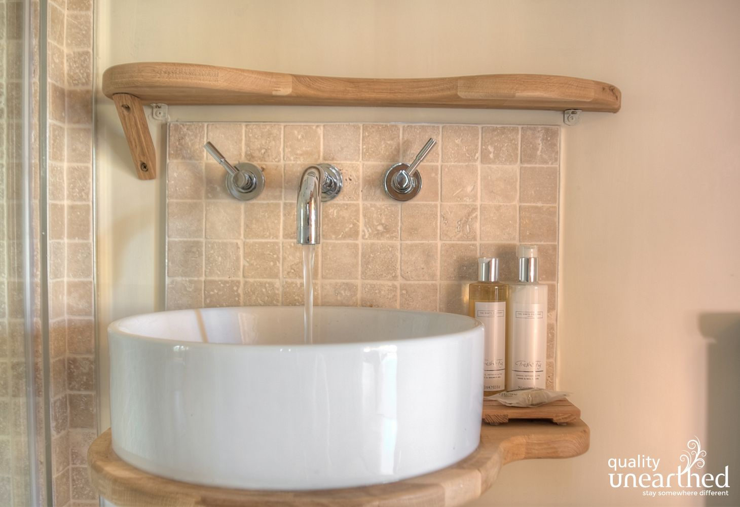 Round sink and toiletries showing a 5 star hotel like service at this treehouse
