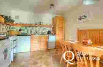 St Davids self catering - kitchen