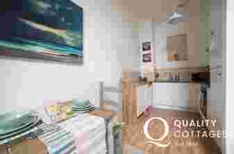 Criccieth apartment - kitchen/dining area