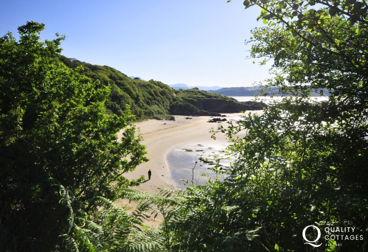 Sandy coves and beautiful coastal walks along the shoreline at Borth y Gest