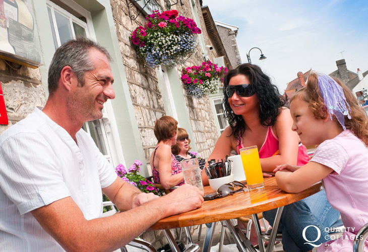 Cowbridge has a superb range of cafes, restaurants, pubs, wine bars and numerous pretty boutique shops in which to browse.