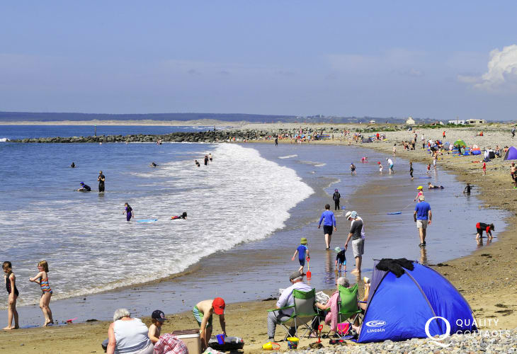 The beach at Dinas Dinlle has been given the prestigious Blue Flag beach award for it's cleanliness, clear waters and excellent beachside facilities