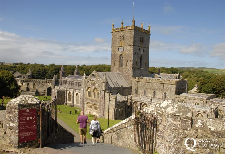 St Davids Cathedral sits in the heart of Britain's smallest city. Enjoy arts and crafts, galleries, boutiques, pubs and restaurants