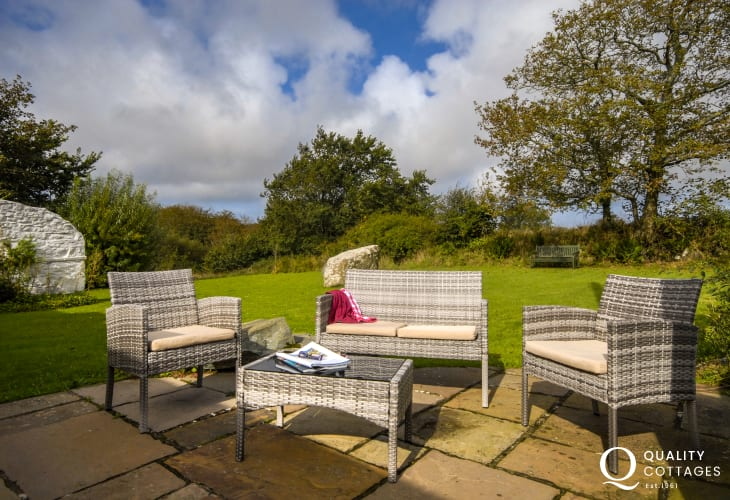 Solva holiday cottage with large lawn gardens and rattan furniture - dogs welcome