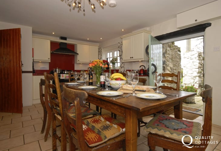 Self-catering St Davids converted granary - spacious farmhouse kitchen/diner