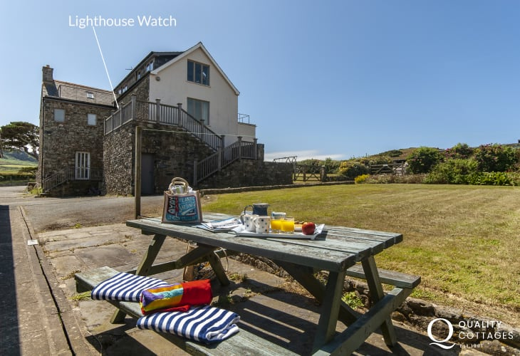 North Pembrokeshire coastal holiday apartment - picnic bench and garden