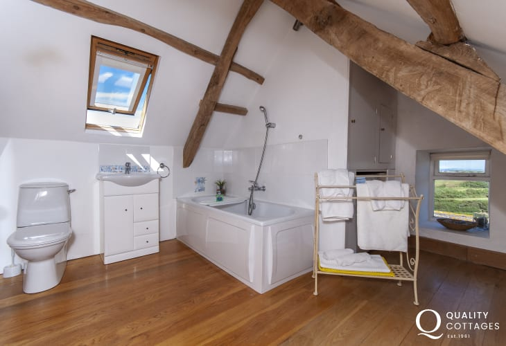 Pembrokeshire Strumble Head holiday apartment - master en-suite bathroom