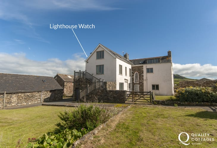 Strumble Head, Pembrokeshire - luxury farmhouse apartment overlooking the coast path and Ynys Meicel