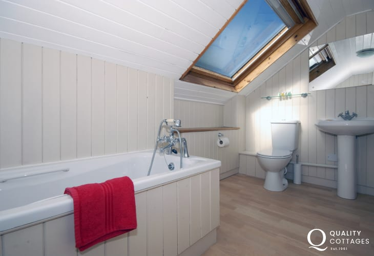 New Quay holiday home - 2nd floor master en-suite bathroom